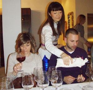 Danielova supruga Corrine na degustaciji toči vino Szabovim enolozima konzultantima Ivoni Đipalo i Slavenu Jeličiću