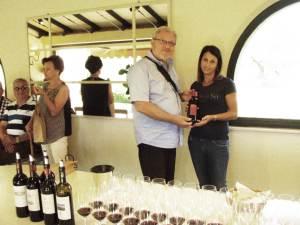 U ime svih nas Ilija Jakobović svojim vinom zahvaljuje Claudiji Ficcantero na vođenju imanjem i na degustaciji