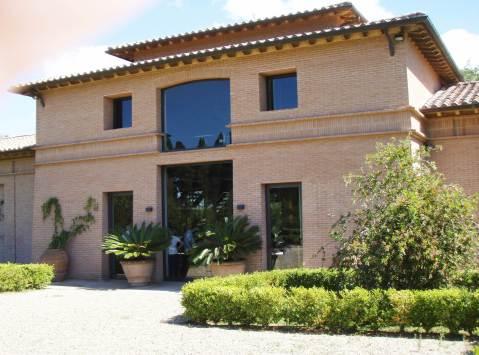 Pročelje zgrade novog podruma San Guido - moderno...