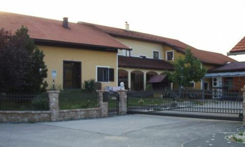 Dom Cmrečnjakovih