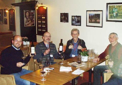 Na ovakvim skupovima gdje se nađe mnogo enologa i vinskih novinara zgodno je predstaviti vino svoje zemlje – neoficijelno. Novinar Vladimir Tsapelik iz Moskve (drugi slijeva) donio je na pokaz Rajnski rizling 2015 Chateau Erken i crnjak Odeski Cherniy Reneccanc 2011 Ralevskoye iz Krasnodarska iz Rusije, oba vina vrlo lijepa, ipak crno i upečatljivo, od sedam je sorata (Cabernet sauvignon, Merlot, Petit verdot, tu je i Saperavi.,, puno gusto i snažno, mpc. €! Uz Tsapelika su enolog Giuseppe Laudicina – Baglio Oro sa Sicilije, enolozi, Dušan Brejc iz Slovenije i Franjo Francem iz Hrvatske