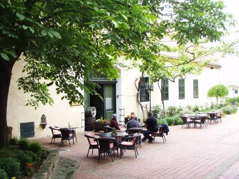 Ilok, stara jezgra: ljetna terasa između restorana Iločkih podruma d.d. i ulaza u stari podrum Odescalchija