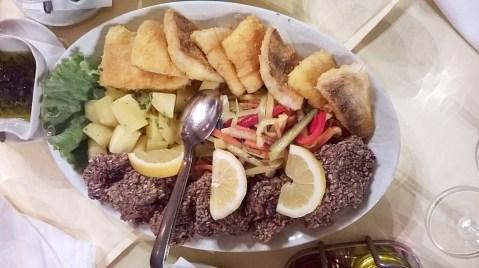 Riba iz Dunava: som u sjemenkama i smuđ. Nakon plivanja u hladnoj vodi plivali su u vrućem ulju, a poslije kratkog odmora na tanjuru i u graševini!