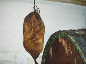Muzejski eksponat kod Crvika: koža od koze kao mijeh i kao nekad uobičajeni recipijent za transport vina