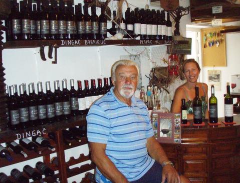 Ivo Daničić sa snahom u obiteljskoj prodavaonici vina