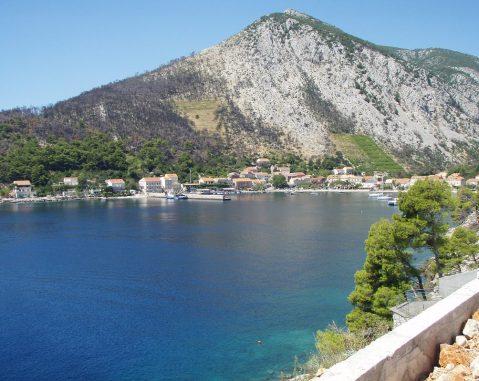 Pogled na zaljev Trstenika s pozicije gdje će uskoro proraditi kušaonica i prodavaonica Grgić-vina