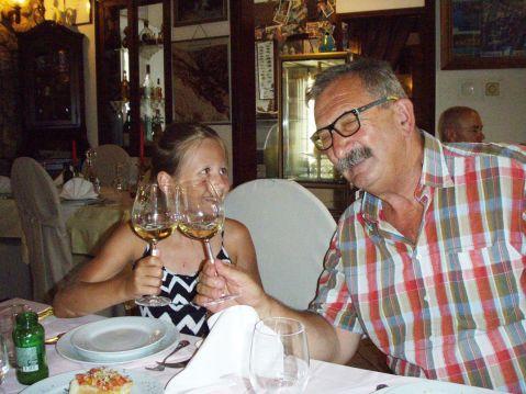 Nakon više dana ponovni i dakako radosni susret s djedom: Magdalena i Vlado Krauthaker: živio, i zdrav bio, moij dida!