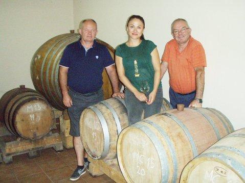 Kraljica podruma Monika Prović, s ocem i stricom uz bačvice