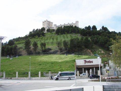 Bodegas Protos –podrum ukopan u brdo, na vrhu kojega je dvorac Penafiel