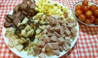 Međimurski specijaliteti – kobasice, meso 'z tiblicem, domaći sir poškropljen bučinim ulje, bučine koštice kao začin i ukras…