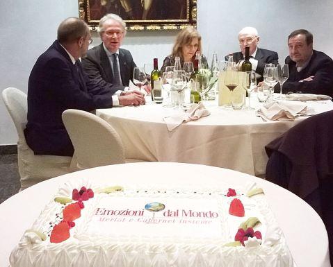 Za svečanim stolom i uz tortu posvećenu ocjenjivanju: Medolago Albani, proizvođač vina iz bergamskoga kraja i predsjednik udruge Vignaioli Bergamaschi, Claudia Quini i prof. Mario Fregoni. Vino Medolaga Albanija Cabernet della Bergamasca Villa Redona 2010 igt proglašeno je najboljim talijanskim predstavnikom na ovogodišnjem ocjenjivanju