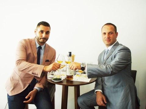 Barman Marin Nekić i korporativni sommelier Jadranke Kristijan Merkaš. Desno: karta Škotske odakle su ti whiskyji