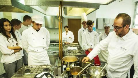 chef-lionel-levy-s-ucenicima-ugostiteljsko-turistickog-ucilista-zgb