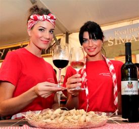 Sestre Šimanović, uključene u promidžbu - Iva, ekonomistica, i Dijana, koja završava Vinogradarstvo i vinarstvo na Agronomskom fakultetu u Osijeku / The Šimanović sisters, active in the promotion of the family Estate. Iva is laureated in economy, and Dijana is going to be laureated soon in vitiviniculture at the Faculty of Agronomy in Osijek