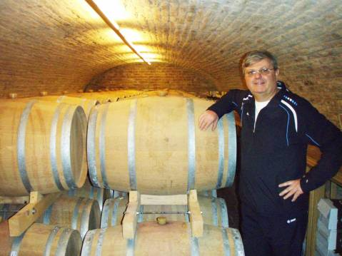 Ivo Brzica u svom podrumu s bačvicama za njegu crnog vina