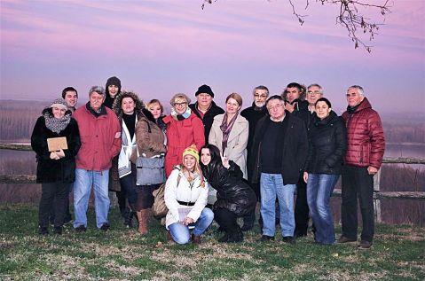 Grupa zagrebačkih vinskih novinara, akademik Ferdo Bašić i mr.sc. Franjo Francem s domaćinima iz Erdutskih vinograda, uz obalu Dunava