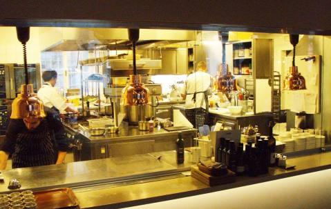 Pogled iz restorana u kuhinju