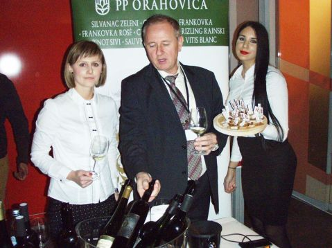 Igor Hruškar iz PP Orahovica u lijepome društvu. PP Orahovica u Osijeku je, uz vina, s naglaskom na zeleni silvanac,predstavila i svoje proizvode od ribe (Panon Mare). Ovih dana otvorila je novi proizvodni pogon….