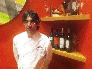 Chef Juan Peñas, koji se pobrinuo za naš menu te večeri, boca Finca Torrea 2011, i Cristina Perez Martin koja nas je dočekala u Marques de Riscalu