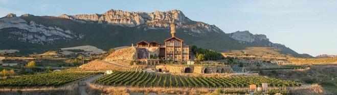 Eguren Ugarte u Laguardiji: vinogradi, vinski podrum i, iznad, hotel
