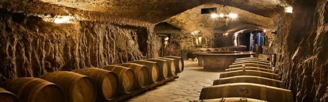 Podzemne galerije – vinski podrum Eguren Ugarte • Dolje: pogled iz hotelskog dizala u podrum s barriqueima, te enolog Pablo Martinez Urigüen s ponajboljim buteljama kuće
