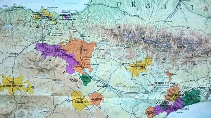 La Rioja, na sjeveru Iberijskog poluotoka, između Navarre, Castille y Leona, Zaragoze… i njen vinogradarski dio - označen ljubičastom bojom, između planina Sierra de Cantabria s gornje strane i Sierra de la Demanda s donje strane. Sa sjevera, iz Biskajskog zaljeva, na klimi u tome dijelu osjetni su utjecaji s Atlantika, a s jugoistoka oni s Mediterana