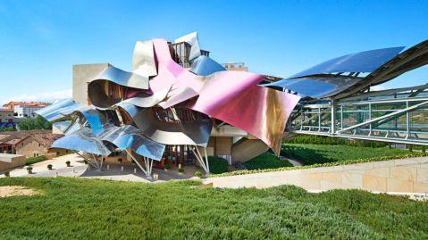 Marques de Riscal, luxury collection hotel, djelo Franka Gehryja. Ovo, gore, je ulaz. Dolje: hotel snimljen s druge strane, iz manjeg vinograda podignutog uza nj. Posjed je u vlasništvu obitelji Hurtado de Amézaga, Salamero, Aznar i Muguiro