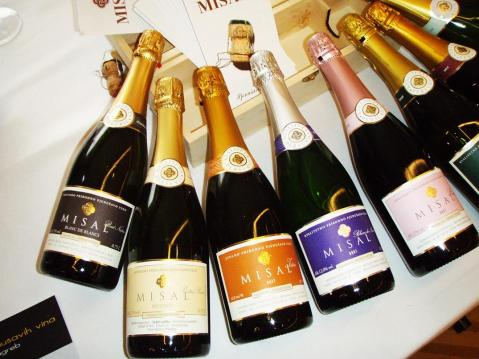Obitelj Peršurić iz Poreča donijela je na festival čak devet svojih pjenušavih vina – Misale od brut naturea do demi seca. Izvrsni Blanc de blanc 2010 brut nature od chardonnaya i s pet godina na kvascu, pa Misal prestige 2013 extra brut (2,5 godine na kvascu), Misal blanc de noir 2012 brut, Misal Istra (iz berbi 2007., 2008 i 2009.) od malvazije, kombinacija vina iz inoksa, zatim onoga sa sedam dana maceracije i potom sa šest mjeseci boravka u drvu te nakon sljubljivanja u jednu masu i šamanjizacije sa 5,5 godina na kvascu…