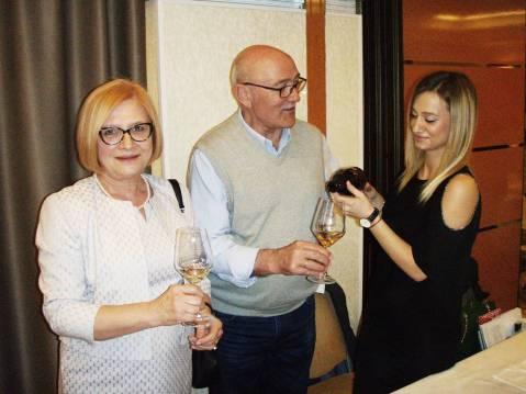 Iz zubarske ordinacije u svijet vina a odnedavno i pjenušaca ušla je obitelj Siber iz Erduta, na slici su nekad doktor a sada vinogradar i vinar Mladen Siber sa suprugom Dušicom