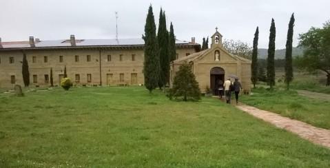 Hacienda el Ternero ima podrum u nekadašnjem samostanu, Pored njega je, desno, mala kapelica, koja je i danas kapelica! • Dolje: enologinja Itziar López Casado u barricaiji