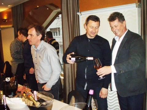 S pjenušcima je startao i Pažanin Boris Šuljić Boškinac. Odlučio se za sortu ugni blanc, koja se inače u Francuskoj rabi za destilate (konjak) i koja je i donesena u zadarsko zaleđe radi destilacije vina od nje. Na prvi pogled čudi da nije posegnuo za paškim gegićem, vjerojatno to nije učinio stoga da mu gegića ne uzmanjka za bijelo mirno vino… Boškinac, koji se pobrinuo da već etiketom privuče dosta pažnje potencijalnih potrošača, na slici je na kušanju pjenušaca za stolom Zdenka Šembera oi Tomislava Tomca