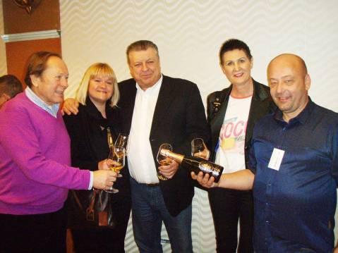 Salon pjenušaca u Zagrebu pohodili su i pjevač Miro Ungar sa suprugom te slovenski vinski trgovac Jože Prosevc Mabat sa suprugom. Našao sam ih na kušanju penine Joannes Boštjana Protnera iz Mariborskog vinogorja. Miro Ungar – odlična izgleda! - inače obilježava 60 godina glazbene karijere i 80 godina života i priprema se u zagrebačkom kazalištu Komedija 9. travnja održati prigodan slavljenički koncert, s gostima poput Jacquesa Houdeka, Davora Tolje, Damira Kedže, Hane Hegedušić…
