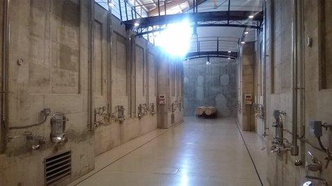 Betonske cisterne u podrumu Valenciso – jedna do druge, kao zgrade, a, vizualno, štih gradske ulice pojačavajui svjetiljke na njima
